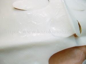 フラバンジェノール配合ナタデココマスクの表面はぷるぷる⇒コットンなどでできたシートマスクとは別のものです。ぴたっとくっついて離れない。