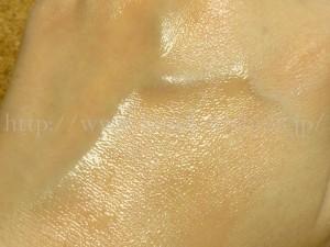 オールインワンジェルの保湿感やベタつき、化粧のりをチェックします