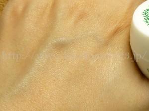 植物エキス配合オリーブフォレスト美容ジェル乳液で整えます