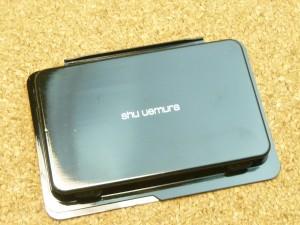 shu uemura(シュウウエムラ)グローイングフィット ファンデーション564richsandも入っていたので色合いやカバー力を写真付きで口コミします。