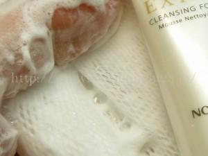 自然派基礎化粧品ノエビアの洗顔料を使って洗顔してみます。