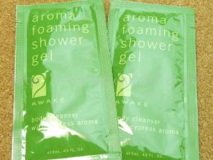 ボディ用洗浄料aroma foaming shower gelミネラルブラックとい石鹸があるのにも関わらずボディソープを別に作るとからには、こっちのほうがモコモコ泡ができるんだろうなぁと勝手に推測しました。