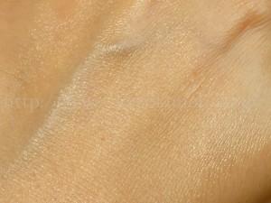 ピアベルピア美容オイルは赤い色をした紫根エキス配合。炎症を抑えることがニキビ対策・毛穴ケアにつながります。