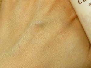 保湿・エモリエント効果を持つ弱酸性の美容液。天然精油のシークワーサーの香りに癒されます。