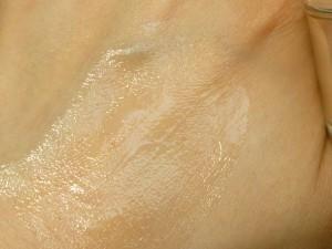 しっかりと肌になじませていくイメージは持ちつつも、敏感肌に刺激を与えないように優しく塗り込んでいきます。