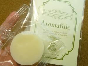 プラナスボックス1月分に入っていたaromafilleアロマフィーユフェイシャルソープはオーガニックのオリーブオイルが配合された石鹸、洗い流さないヘアトリートメントのセット。どちらも天然由来成分100%でできているそうです。