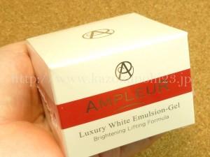 アンプルールラグジュアリーホワイトエマルジョンゲルはこんな感じの箱に入って届きます。強い抗酸化作用を持つスーパーフルーツイチゴやアセロラ・トマトなども配合されているのでとっても楽しみ♪