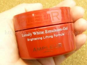 AMPLEUR Luxury White Emulsion-Gel Brightening Lifting Formula.手のひらでやっと包み込めるサイズのアンプルールラグジュアリーホワイトエマルジョンゲル。オールインワンゲルではなく、化粧水の後に使うことを前提としたゲルになります。