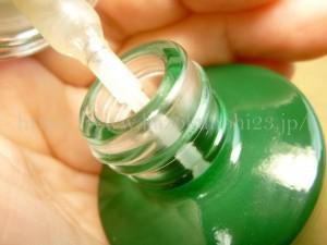 分厚いガラス容器のオラクルクラリファイングトナー化粧水。プッシュボトルを開けるとこんな感じ。
