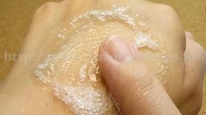 リッチフィズ 炭酸お試しセットに入っていた炭酸マッサージローションのパチパチを楽しんでいるところ。はじめは顔を洗痛くなるぐらい刺激に感じていたのが嘘のように心地良く感じました。