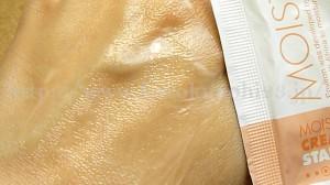 【ビタミンA配合エンビロンスキンケア】肌になじませているところをパチリ。まだなじんでいないのですが柔らかい色をしているのでなじみやすそうに感じました。