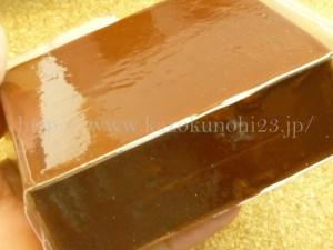 カステラっぽい色をしているフェイバリットスパのクレヨンパテチョコ。
