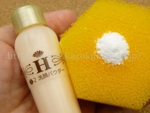 ハニーラボ 洗顔パウダー(粉末状洗顔料)wash powderをスポンジにのせて泡立てを開始します。