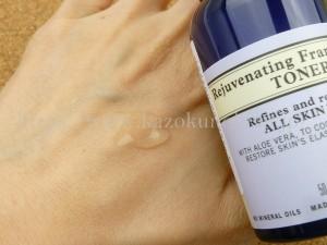 ニールズヤード フランキンセンスウォーターというだけあって、フランキンセンスの香りがとってもします。乳香とも呼ばれるこのエッセンスは昔から儀式のときに重宝されていたお香のようなものなんですって。