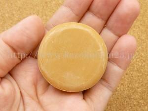 ハニーシュカの洗顔石鹸はナチュラルな色をした甘い香りのする固めの石けんです。