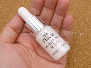 フラバンジェノール配合美白セラムは洗顔後すぐに使う美容液で、フラバンジェノールがたっぷり入って独特ないい香りが漂います。