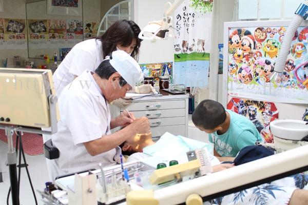 毎年恒例の歯の健康診断中。虫歯などを診てもらっています。30年前なら虫歯を見つけ次第げんこつしていた父ですが、最近はいたって丸くなってます。