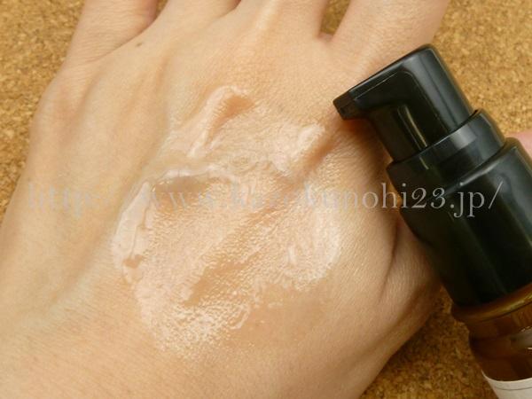 アイムピンチ美容液を使ってみているところ。肌にのばした状態はこんな感じ。