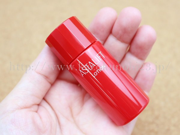 エイジングスキンケア アスタリフト化粧水・富士フイルムが販売しているアスタキサンチン配合のアスタリフト化粧水を使ってみているところ。あっ赤い…