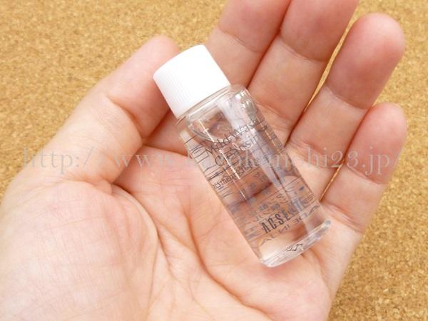 アクセーヌのマイルドウォッシュクレンジングは透明の液体です。