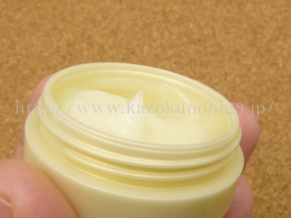 ドクターシーラボのオールインワンゲルの色は淡い黄色。質感はしっかりめです。