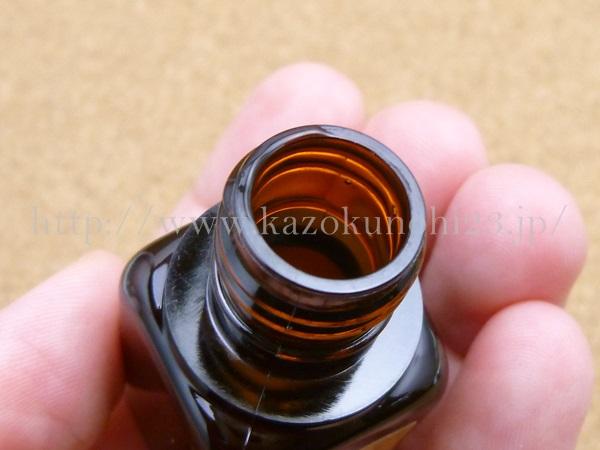 ESTEE LAUDER Advanced Night Repair 美容液のトライアルキットの口部分をアップで紹介。本商品はスポイト状なのですが、こちらはダボッと出てくるタイプ。