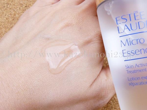 サラサラでお水のようなエスティローダーのマイクロ エッセンス ローションの肌なじみや質感を報告。