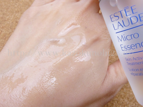 なめらかな化粧水をしているエスティローダーマイクロエッセンスローション。コットンをつかわない場合は若干ヌルっとするかも。