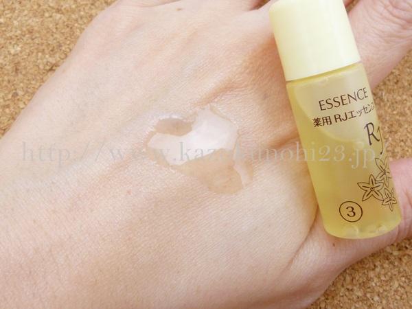 山田養蜂場の薬用RJエッセンス美容液の質感はなめらかです。乾燥が原因の小ジワ、ターンオーバーの低下に伴い濃くなってしまうシミを防ぐ美白美容液を使ってみた感想を写真付きで口コミ報告します。