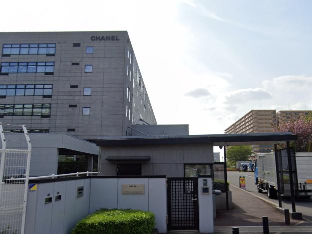 千葉県内にあるシャネル株式会社船橋コーポレートオペレーションズセンターの外観。店舗ではないものです。
