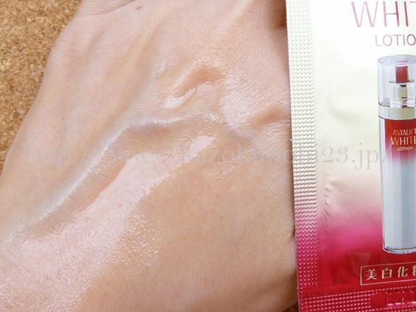 だだだっと肌にのばしてみたアスタリフトホワイト化粧水。質感などもまずまずです。