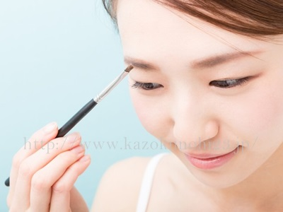 化粧のりが驚くほど良くなる!キメを整えるスキンケア方法の美容情報。ブラシを使ってお化粧をしているモデルさんイメージ画像。