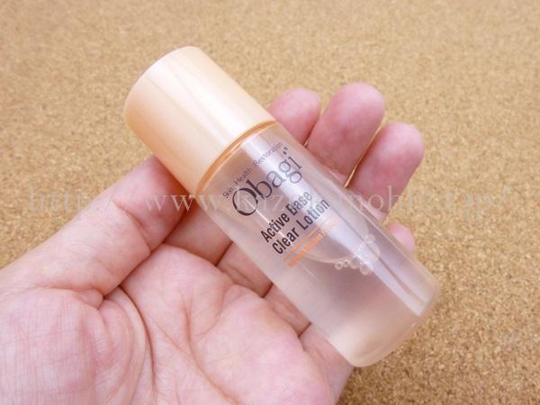オバジクリアローションの使用感や肌なじみ報告。画像はオバジ化粧水を手に持っているところ。