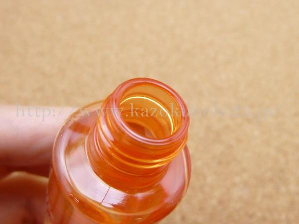 ラボラボSKAローションは拭き取り化粧水のため、口部分がこの状態でもやむなし。ただ、中栓などがあると、間違って倒した時も安心です。