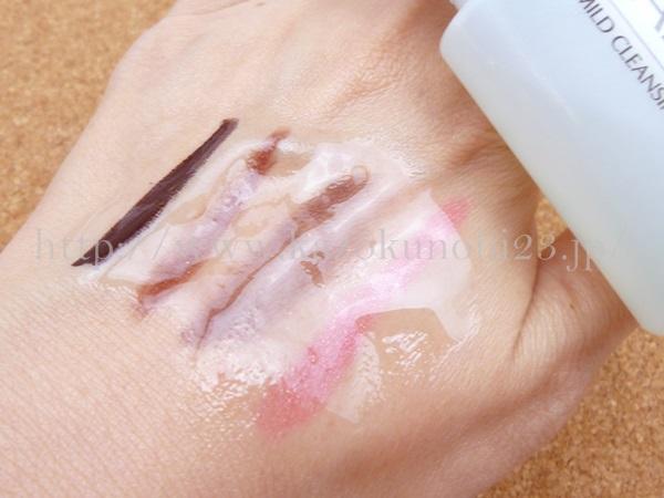 無添加基礎化粧品ファンケルお試しセットに入っていたマイルドクレンジングオイルで化粧落とし検証をしているところ。オイルを軽くなじませている間にアイシャドウは浮き上がってきてます。