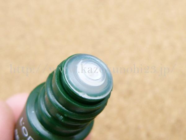 オラクルナイトクリーム容器の口部分をアップで報告。小さめボトルは、だいたいこの中栓になっています。