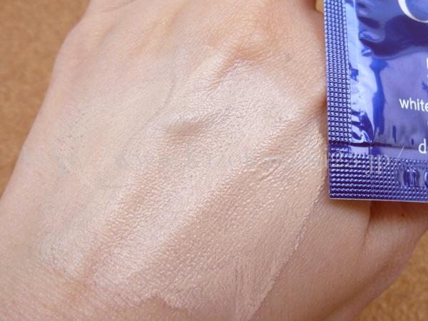 美白ケア化粧品サエルの紫外線吸収剤を使ったCCクリームの色付きなどを写真付きでクチコミ報告中。手の甲だと、若干浮いてる感じがするのですが、顔だととても良い感じです。