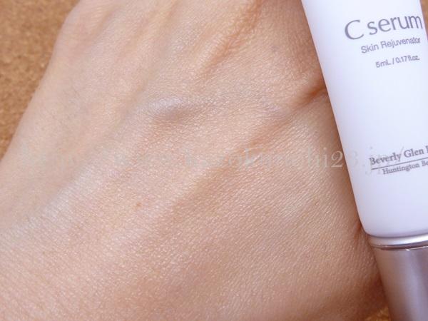ピーリング作用で古い角質やメラニンの排出を促すビタミン美容液。