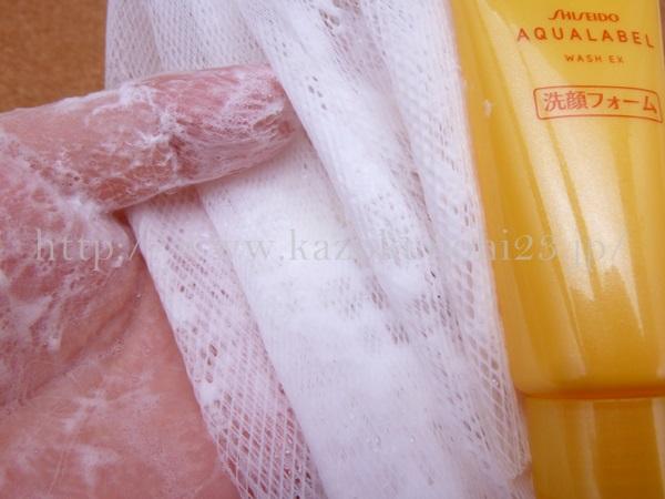 アクアレーベル 豊潤泡洗顔フォームを泡立てネットを使って泡立てているところ。この時点ではいたって普通の化粧品です。