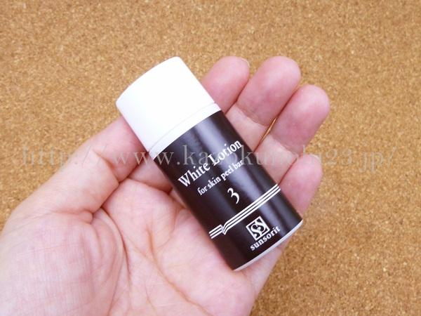 サンソリットのホワイトローション化粧水。ブライトニング効果のあるアルブチンや加水分解卵殻膜などもは配合されています。