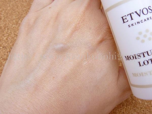 エトヴォス保湿ケア用化粧水を肌になじませている所。