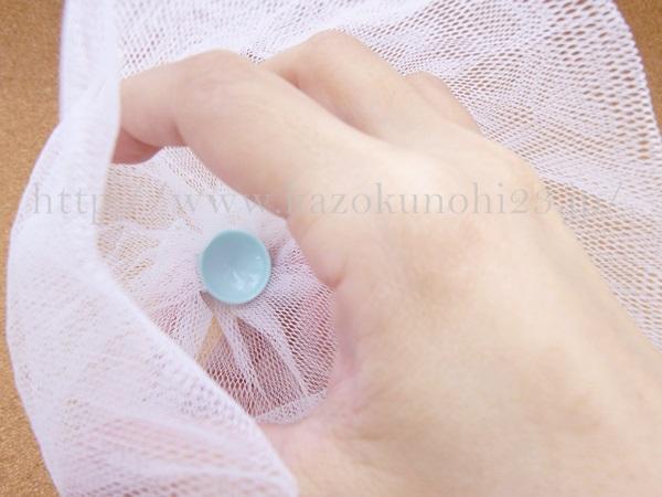 ファンケル洗顔パウダーを泡立てるために使うのが、セットに同封されていた計量カップつきの泡立てネット。