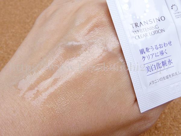 トランシーノ基礎化粧品お試しセットに入っていたトランシーノ化粧水の肌なじみを写真付きでクチコミ報告中。