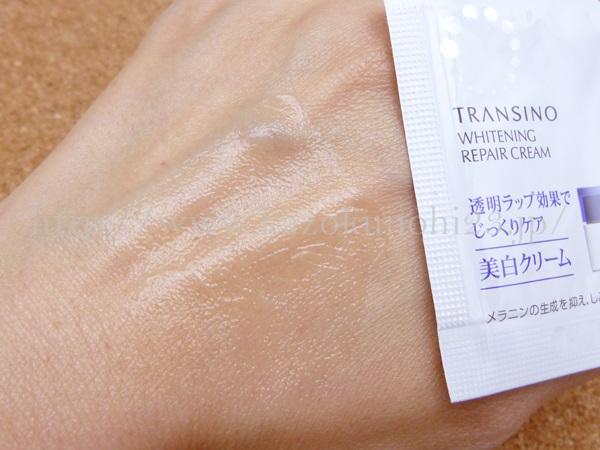 お薬テクスチャの美白クリームの肌なじみについて、画像で紹介します。適量を手の甲にとり、肌になじませてみました。