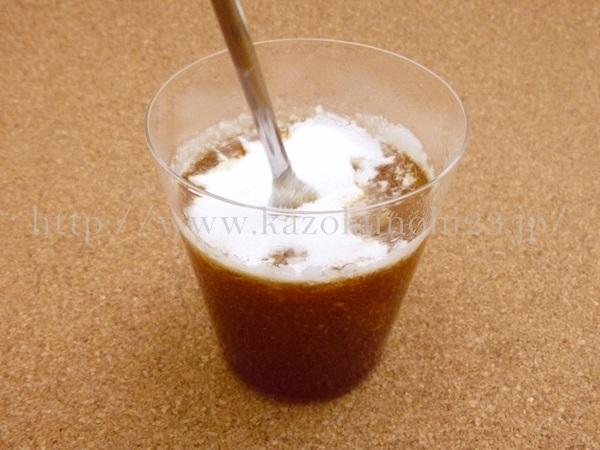 ニッピコラーゲンサプリメントを温かいコーヒーに溶かしているところ。