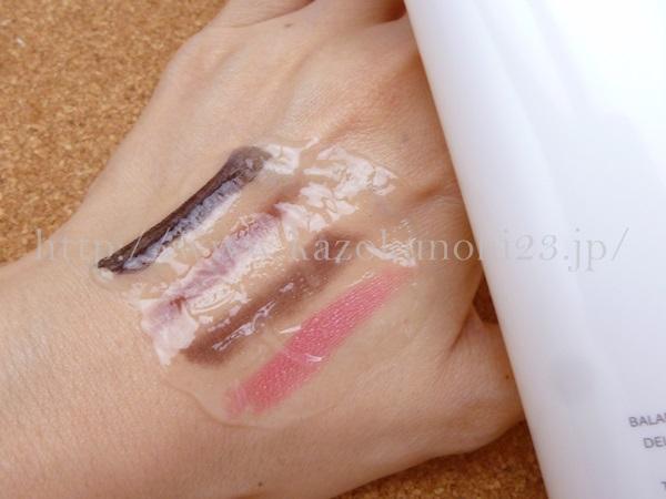 透明なバランスコントロールクレンジングは、ノンバブルタイプとなっているため、泡立たないけど、洗顔もできています。