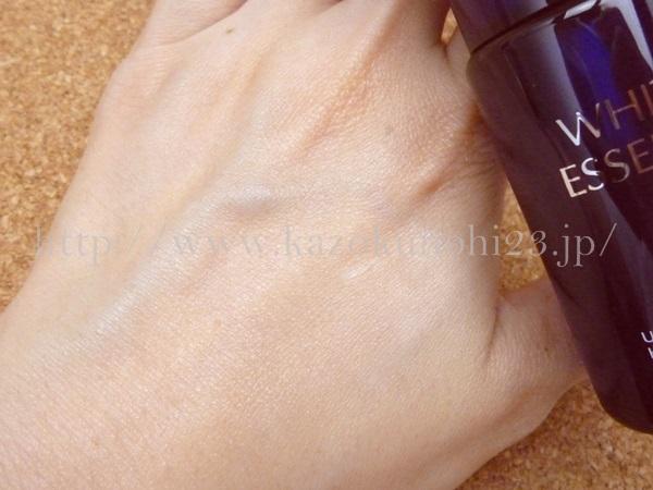 日本ライフ製薬のホワイトエッセンス美白美容液の肌なじみやテクスチャーを写真付きでつたえます。