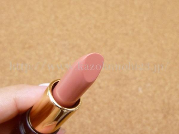 ラプソリュ ルージュS202(口紅ミニサイズ)は、こんな感じのナチュラルな色合いをしています。唇がたらこな私としては、肌になじみやすい色は大歓迎です。