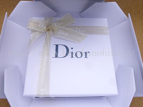 グレーの外箱を開けてみると、きちんとラッピングされていました。可愛い!Diorはやっぱり可愛い。につきます。