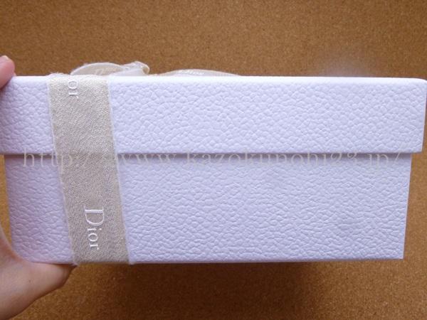 ディオールホリデーオファー第2弾、アディクトセットの箱の厚みはこんな感じ。